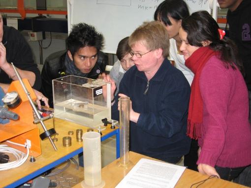 Der aktuelle Jahrgang 'Klimawandel und Wasserwirtschaft' forscht in den Laboren des Campus Suderburg. Foto: Privat
