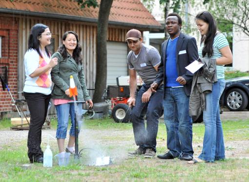 Über Wasser kann man ewig reden: Der Workshop begann auch gleich mit Wasserspielen. (C) Philipp Schulze