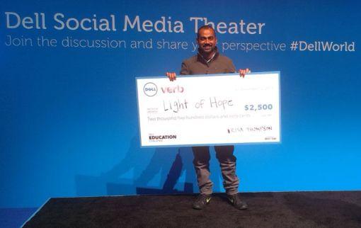 "Waliullah Bhuiyan nimmt den Preis bei der ""Dell Education Challenge"" entgegen"