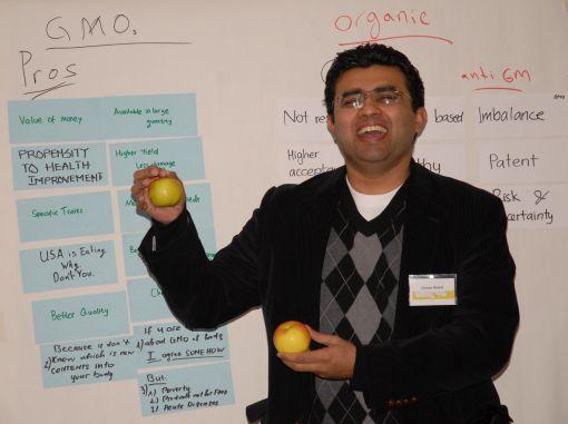 Teilnehmer präsentieren ihre Ergebnisse