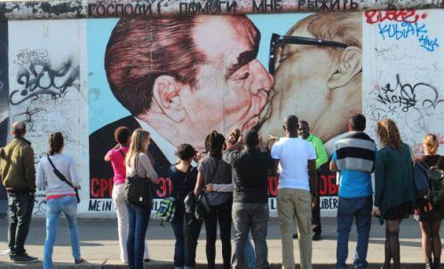 Vor der Berliner Mauer: auch eine Exkursion nach Berlin stand auf dem Programm © Privat